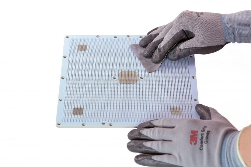 Platform-Maintenance-08-przecieranie-papierem-ściernym-płyty-perforowanej-z-góry.jpg