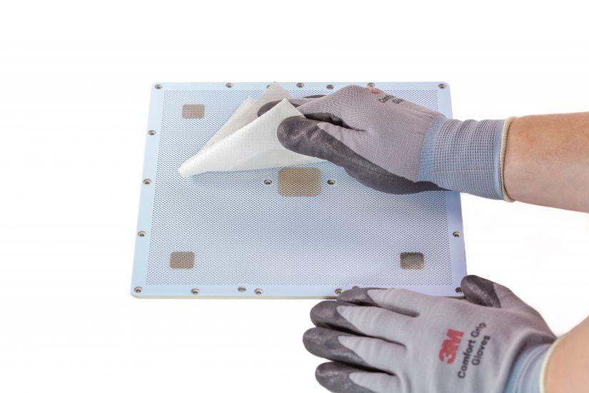 Platform-Maintenance-09-przecieranie-szmatką-z-acetonem-płyty-perforowanej-z-góry.jpg