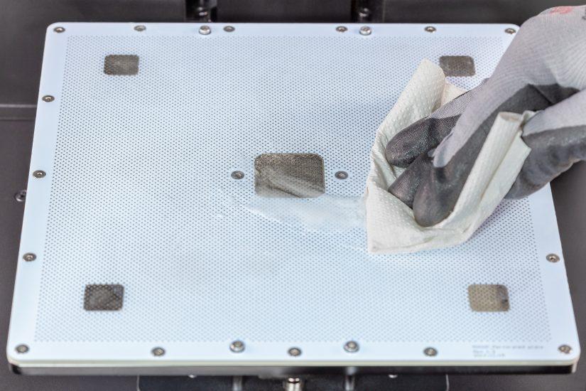 Platform-Maintenance-15-nałożenie-cienkiej-warstwy-ABS-juice-na-płytę-perforowanąB.jpg