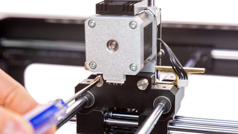 Extruder-Maintenance-D-05-Odkręć-2-śruby-ekstrudera-i-wyjmij-ekstruder-z-drukarki-1.jpg