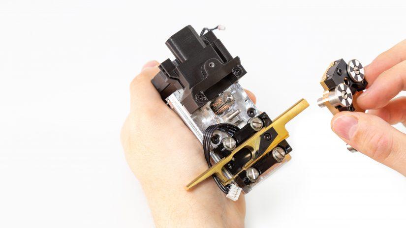 Extruder-Maintenance-D-07-Zdejmij-mosiężną-część-i-wyczyść-zębatkę-z-resztek-materiału-2.jpg