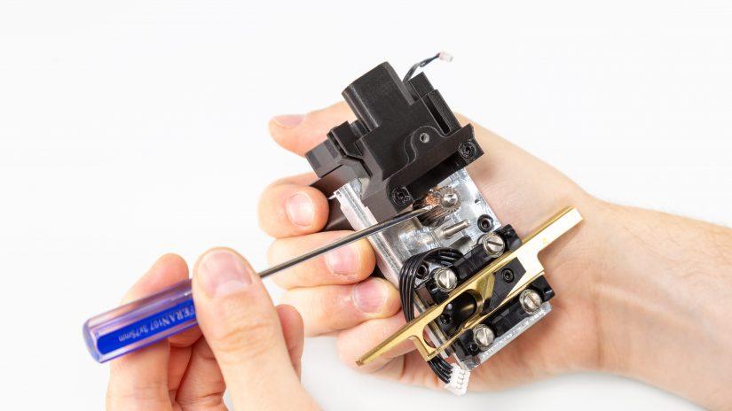 Extruder-Maintenance-D-07-Zdejmij-mosiężną-część-i-wyczyść-zębatkę-z-resztek-materiału-4.jpg