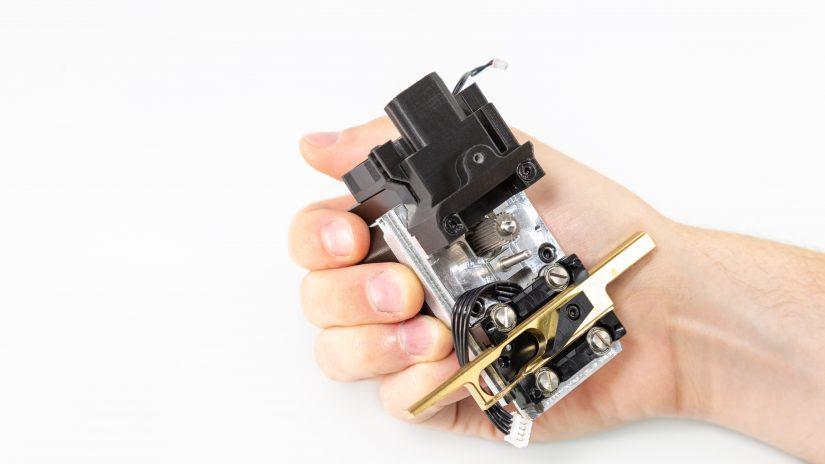 Extruder-Maintenance-D-07-Zdejmij-mosiężną-część-i-wyczyść-zębatkę-z-resztek-materiału-6.jpg