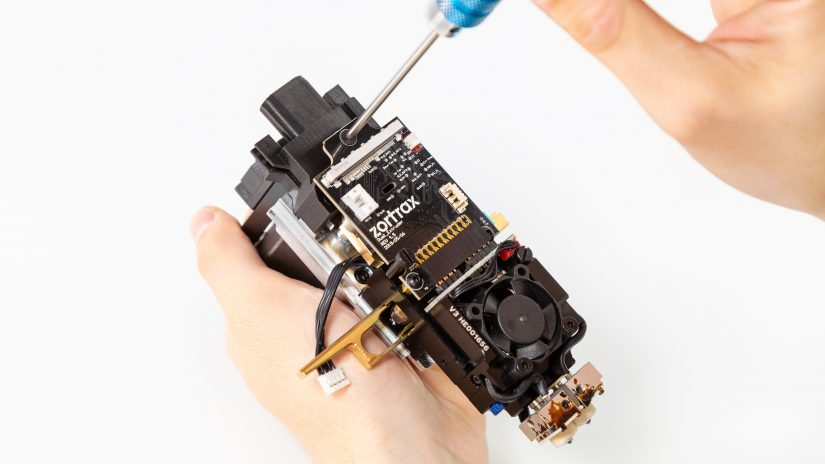 Extruder-Maintenance-D-15-Umieść-pcb-z-modułem-w-bloku-ekstrudera-i-przykręć-11.jpg
